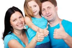 Lächelnde Familie gibt ihre Daumen auf Lizenzfreie Stockfotografie