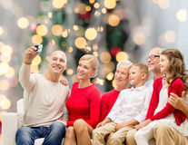 Lächelnde Familie mit Kamera Lizenzfreie Stockbilder