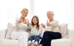 Lächelnde Familie zu Hause Lizenzfreie Stockfotos