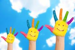 Lächelnde Familienhände auf einem Himmelhintergrund Lizenzfreie Stockfotos