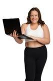 Lächelnde fette sportliche Frau mit Laptop Lizenzfreie Stockfotos