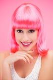 Lächelnde Frau über rosa Hintergrund Stockfoto