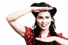 Lächelnde Frau auf alte Mode kleidet Retrostil Stockfoto