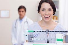Lächelnde Frau auf der Skala Stockfotografie