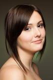 Lächelnde Frau auf dunklem Hintergrund Lizenzfreies Stockbild