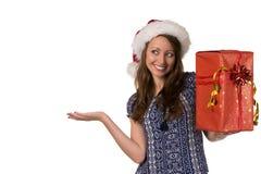 Lächelnde Frau auf einem Kopfsankt-Hut mit Weihnachtsgeschenk stockfotos