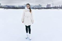 Lächelnde Frau auf Eisbahn stockbild