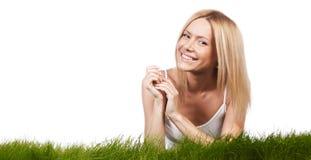 Lächelnde Frau auf Gras Lizenzfreies Stockfoto