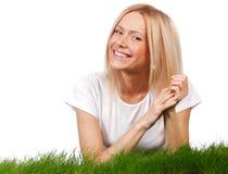 Lächelnde Frau auf Gras Stockbilder