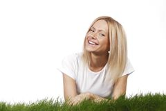 Lächelnde Frau auf Gras Lizenzfreies Stockbild