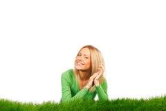 Lächelnde Frau auf Gras Lizenzfreie Stockfotografie