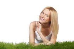 Lächelnde Frau auf Gras Stockfoto