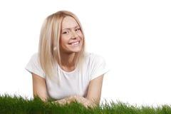 Lächelnde Frau auf Gras Lizenzfreie Stockbilder