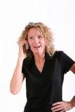 Lächelnde Frau auf Handy Lizenzfreies Stockfoto