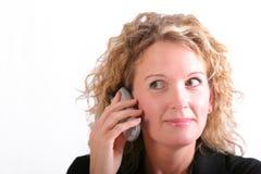 Lächelnde Frau auf Handy Stockbild