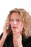 Lächelnde Frau auf Handy lizenzfreie stockfotografie
