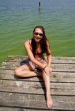 Lächelnde Frau auf Pier Stockfoto