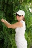 Lächelnde Frau am Baum stockfoto