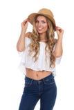 Lächelnde Frau in beige Straw Hat Lizenzfreie Stockfotografie