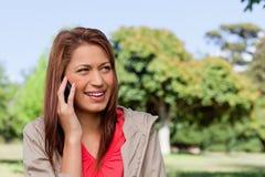 Lächelnde Frau beim Blicken in Richtung ihrer linken Seite Lizenzfreie Stockbilder
