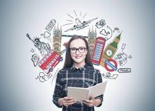 Lächelnde Frau in den Gläsern, Schreibheft, Reise stockbild