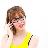 Frau in den Gläsern spricht durch Handy lizenzfreie stockfotografie