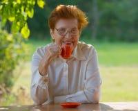 Lächelnde Frau in den Gläsern trinkt Kaffee draußen Lizenzfreie Stockbilder