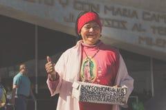 Lächelnde Frau in der Basilika von Guadalupe Stockfotos