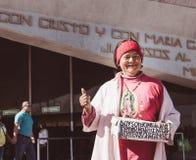 Lächelnde Frau in der Basilika von Guadalupe Stockfoto