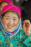 Lächelnde Frau der ethnischen Minderheit, an altem Dong Van-Markt lizenzfreie stockfotografie