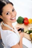 Lächelnde Frau in der Küche Stockfoto