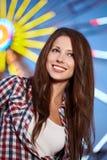 Lächelnde Frau in der Nachtstadt Lizenzfreie Stockfotografie