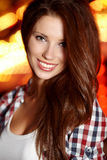 Lächelnde Frau in der Nachtstadt Stockfoto