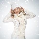 Lächelnde Frau der Schönheit mit Schnee Stockfotos