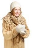 Lächelnde Frau in der warmen Kleidung mit Becher Stockfoto