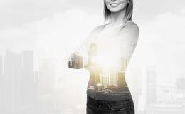 Lächelnde Frau in der zufälligen Kleidung Lizenzfreies Stockbild