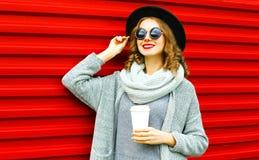 Lächelnde Frau des stilvollen Herbstporträts mit Kaffeetasse Stockfotografie