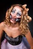 Lächelnde Frau, die als CHucky-Puppe trägt. Halloween lizenzfreie stockfotos