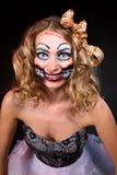 Lächelnde Frau, die als CHucky-Puppe trägt. Halloween lizenzfreie stockfotografie