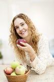Lächelnde Frau, die Apfel anhält Lizenzfreie Stockfotos