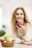 Lächelnde Frau, die Apfel hält Stockbild