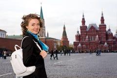 Lächelnde Frau, die auf dem roten Quadrat in Moskau steht stockfotos