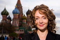 Lächelnde Frau, die auf dem roten Quadrat in Moskau steht stockbilder