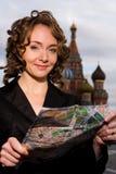 Lächelnde Frau, die auf dem roten Quadrat in Moskau steht lizenzfreies stockbild