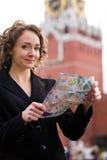 Lächelnde Frau, die auf dem roten Quadrat in Moskau steht lizenzfreie stockbilder
