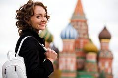 Lächelnde Frau, die auf dem roten Quadrat in Moskau steht stockfoto