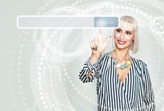 Lächelnde Frau, die auf Internet surft Weibliches Modell Stockbild