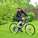 Lächelnde Frau, die das Fahrrad reitet Stockfoto