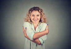 Lächelnde Frau, die das Umarmen hält Konzept der Liebe sich Stockfotos