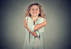 Lächelnde Frau, die das Umarmen hält Konzept der Liebe sich Lizenzfreies Stockbild